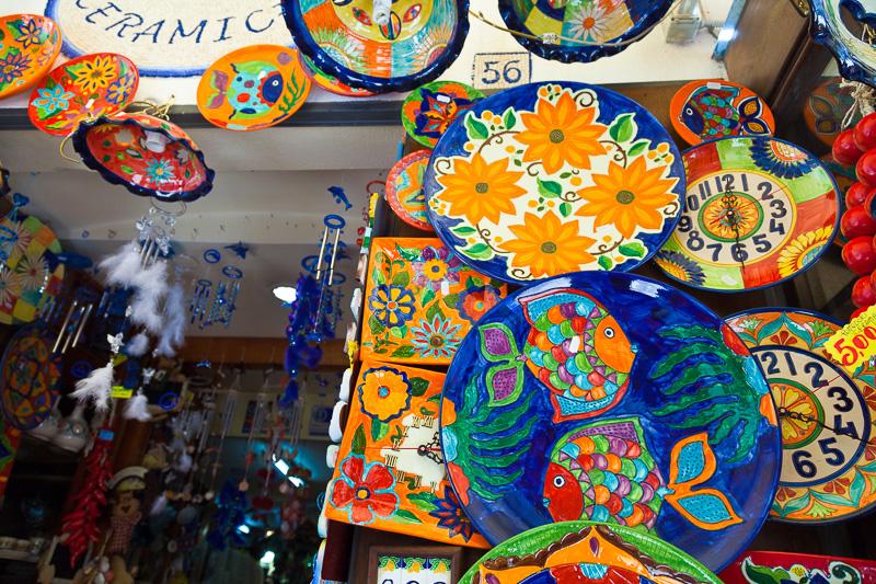 Piatti e vasi in ceramica dipinti a mano