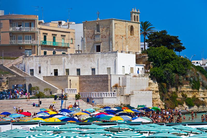 Gli ombrelloni del lidi sul lungomare Terra d'Otranto