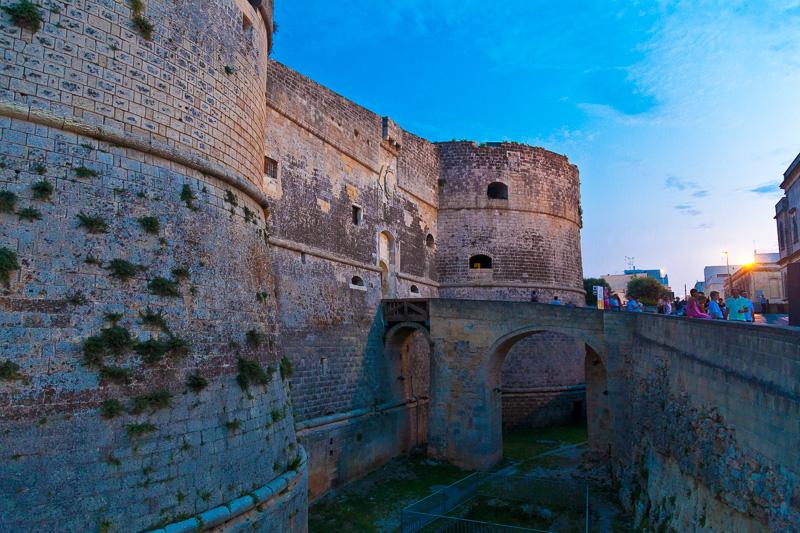 Il fossato e i due torrioni del castello Aragonese