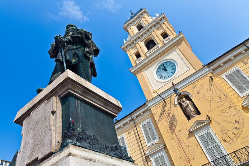 La torre del Palazzo del Governatore e il monumento a Garibaldi