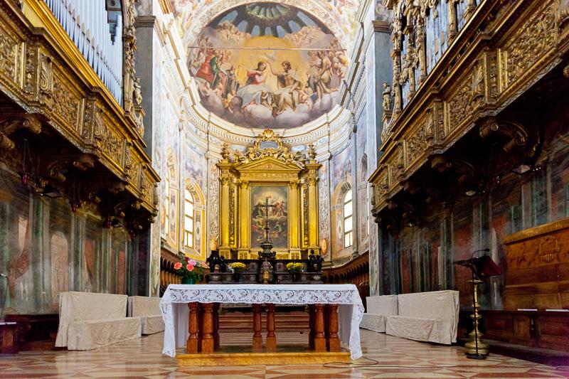Il presbiterio della chiesa di San Giovanni Evangelista