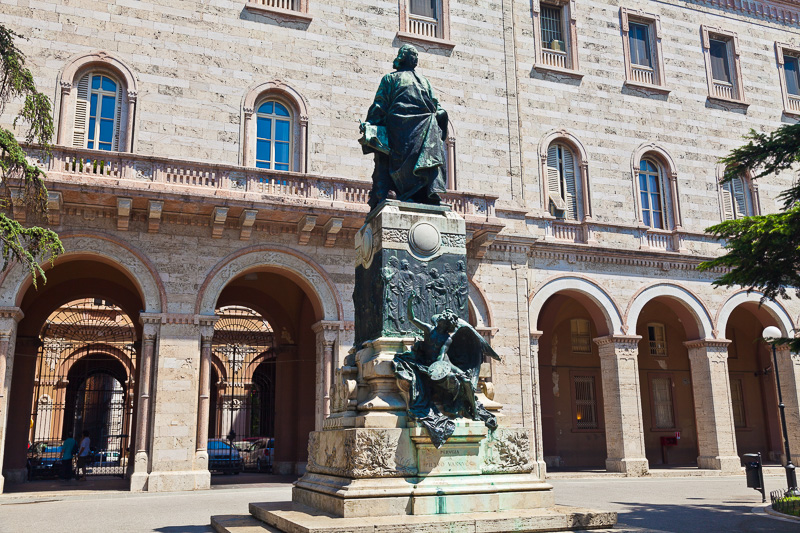 Il monumento al Perugino