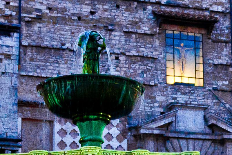 La tazza in bronzo della fontana Maggiore