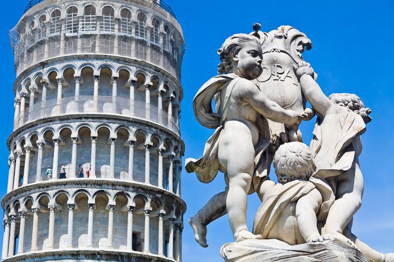 I tre putti che reggono gli stemmi dell'Opera e di Pisa