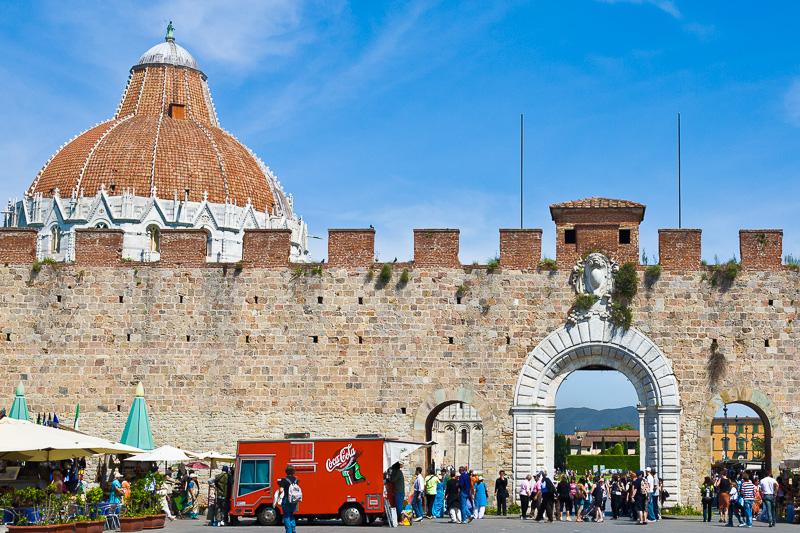 Le mura esterne di Piazza dei Miracoli