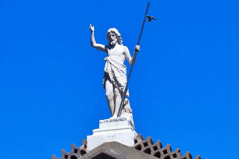 La statua in pietra bianca di San Giovanni Battista