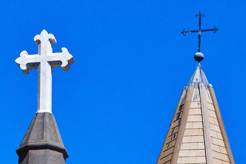 Un crocifisso in pietra bianca