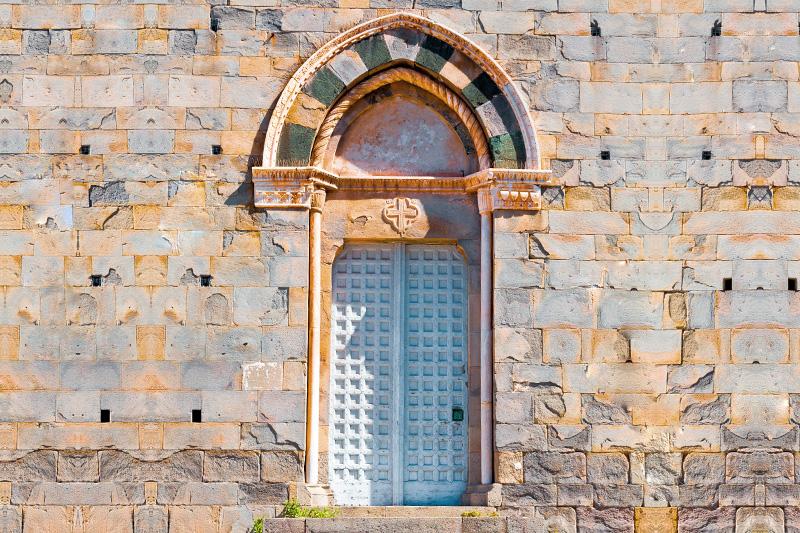 Il portale d'ingresso della facciata laterale sud della chiesa di San Giovanni Battista