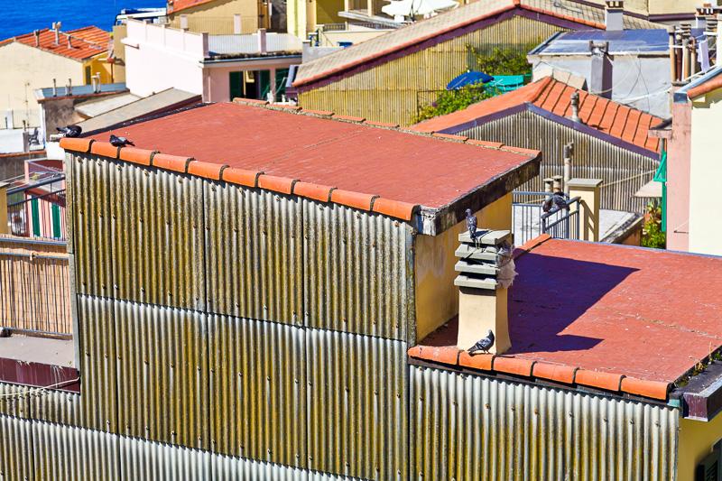 Il tetto rosso di un edificio