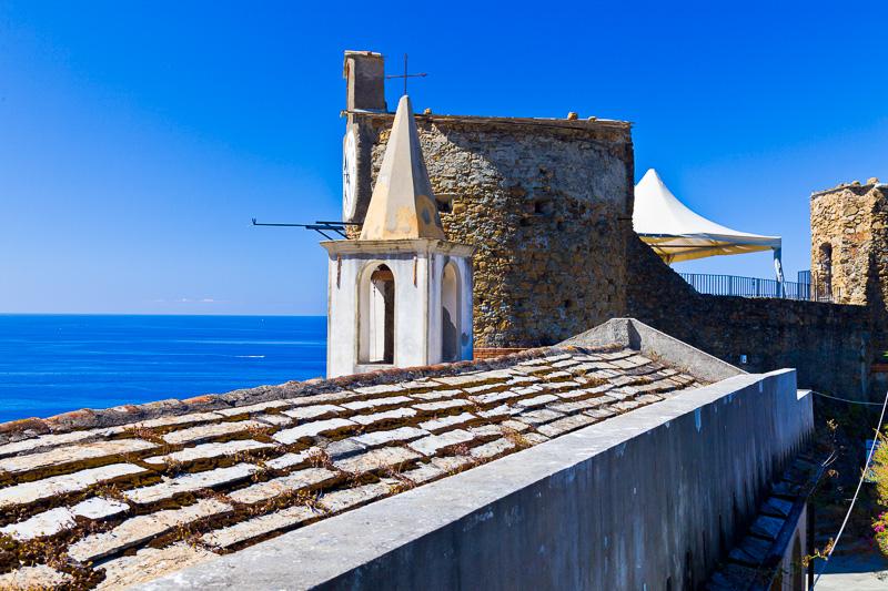 Il tetto e il campanile dell'oratorio San Rocco