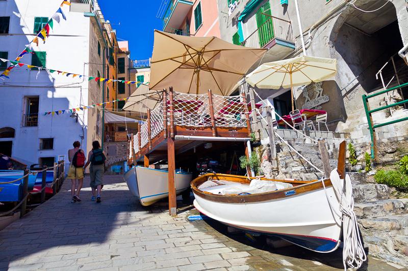 Una barca (gozzetto) in legno bianca