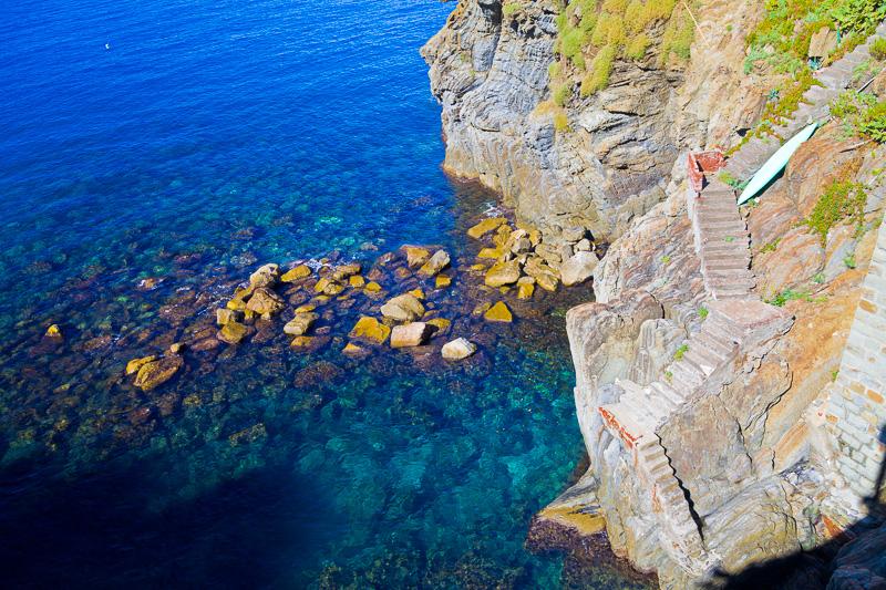 Una scalinata scavata nella roccia