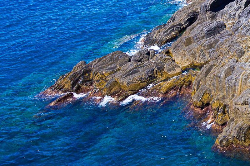 Gli scogli frastagliati della costa