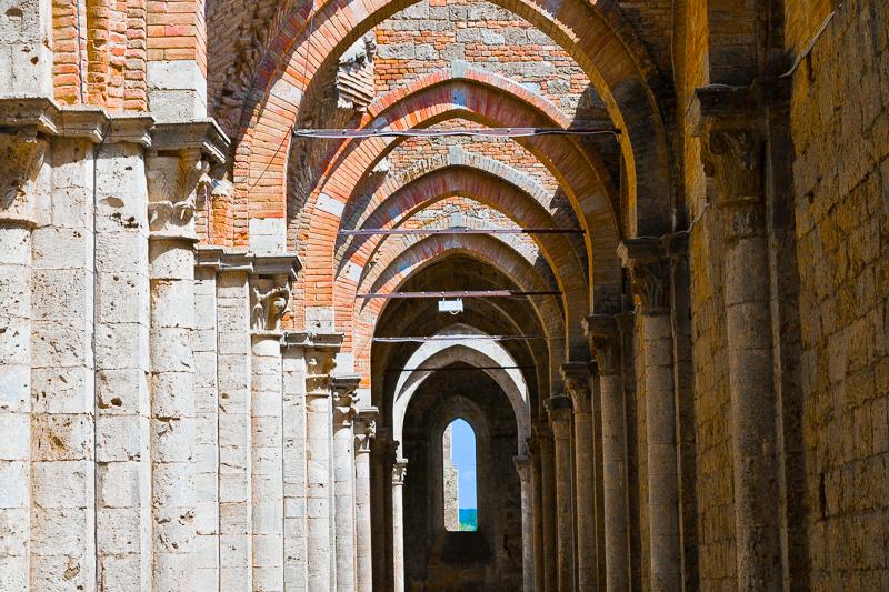 La navata laterale destra dell'abbazia