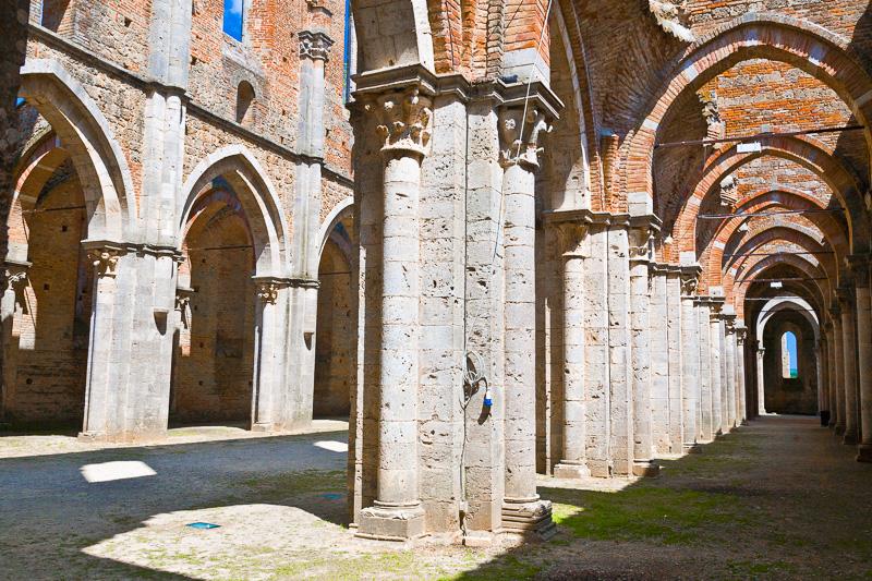 Le navate dell'abbazia