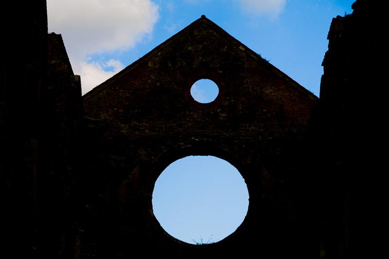 Silhouette della parte superiore delle mura dell'abside dell'abbazia