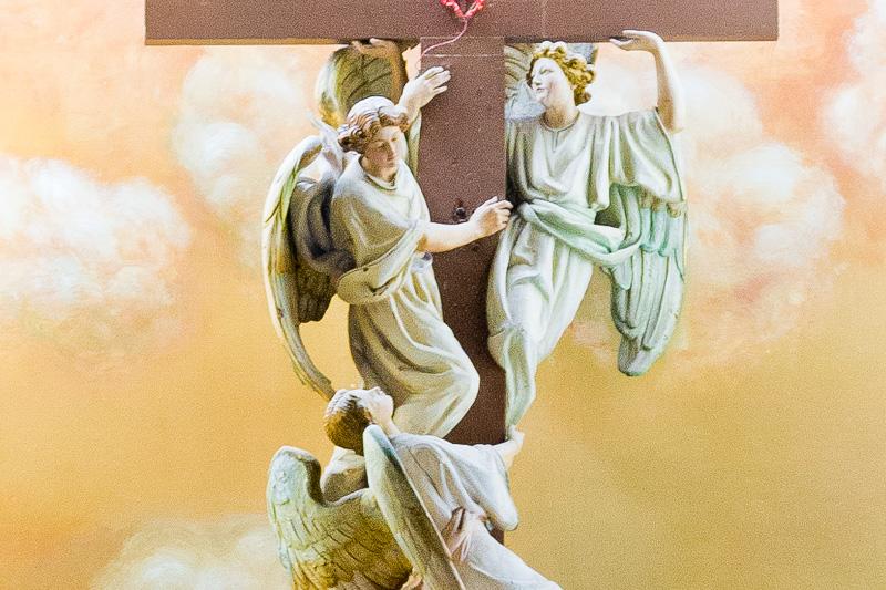Croce con tre angeli