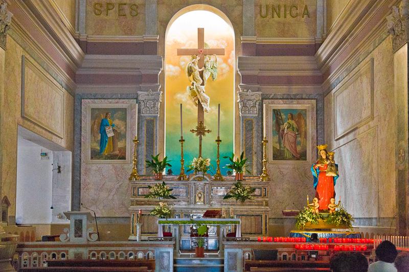 Il presbiterio della parrocchia Croce Santa