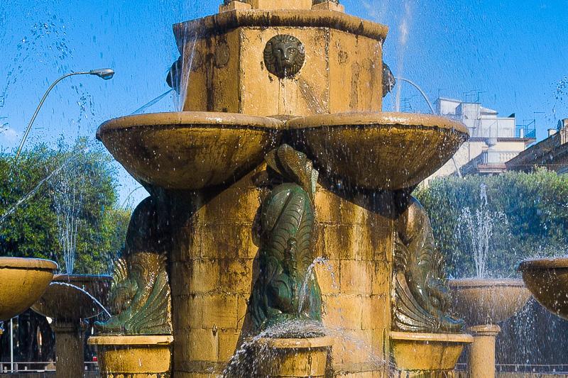 I tritoni in bronzo della fontana