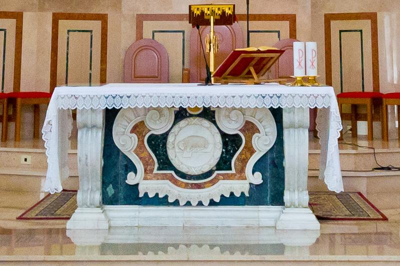 L'altare maggiore della parrocchia Maria Santissima delle Grazie