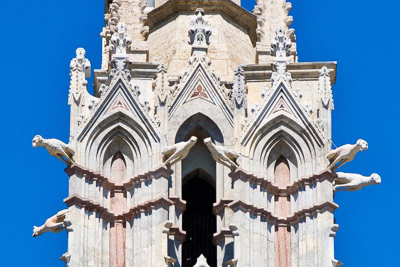 Pilastro sulla facciata del Duomo