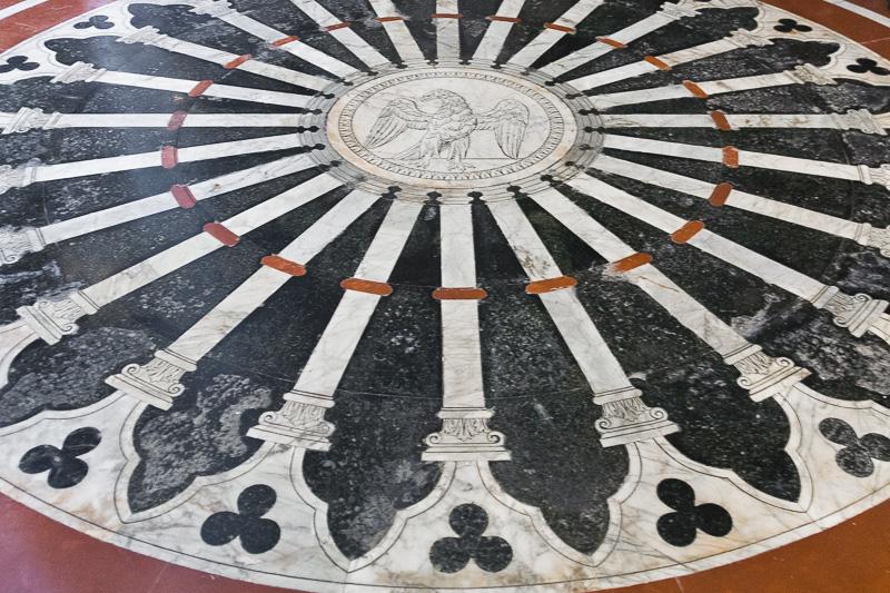 Rosone in marmo policromo