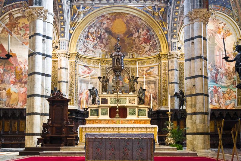 L'altare maggiore della cattedrale di Santa Maria Assunta