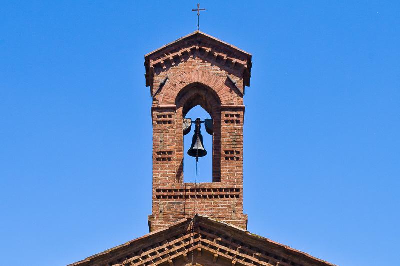Il campanile a vela della chiesa Santa Maria delle Nevi