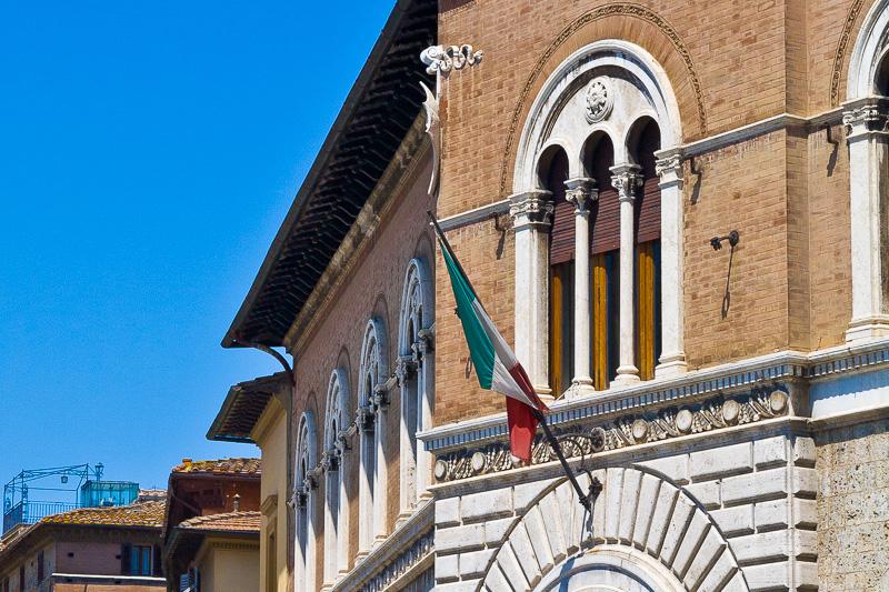 La finestra trifora del palazzo delle Poste