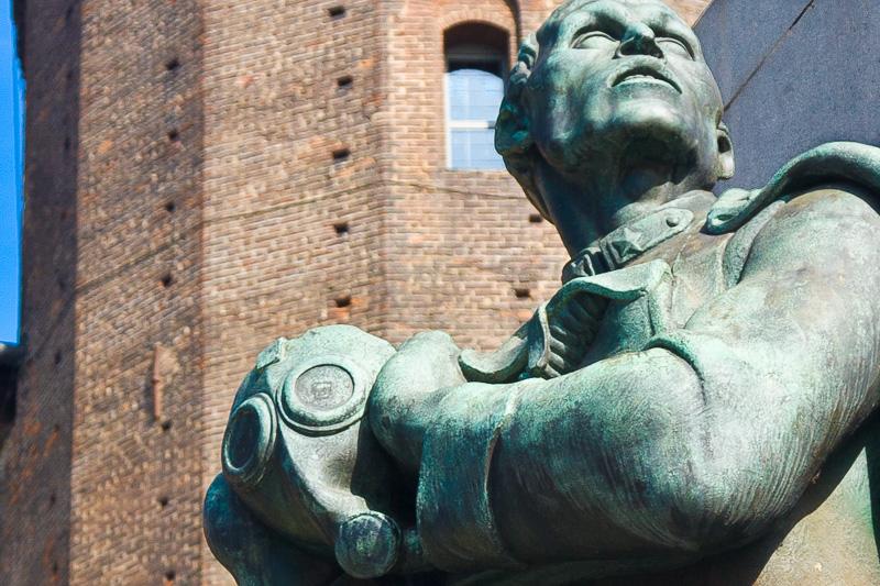 Soldato in bronzo con una maschera antigas