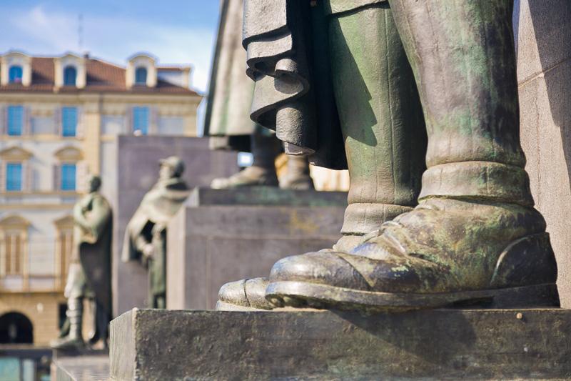 I grandi stivali in bronzo di un soldato
