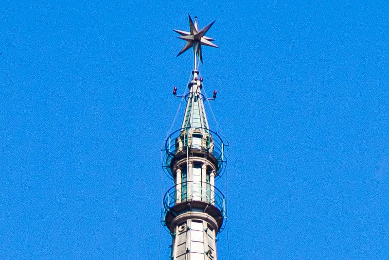 La stella tridimensionale a 12 punte sulla guglia della Mole Antonelliana