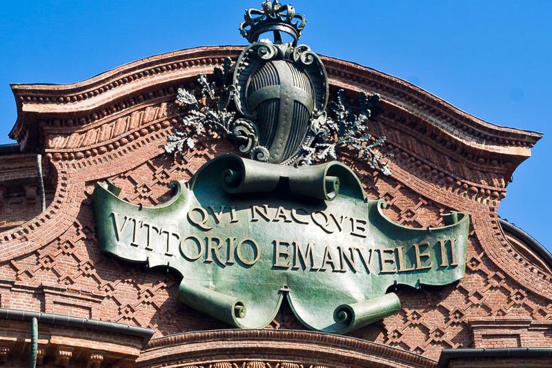 Fregio decorativo sulla facciata superiore di Palazzo Carignano