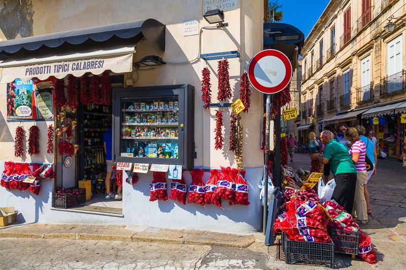Un negozio di prodotti tipici calabresi come le cipolle di Tropea