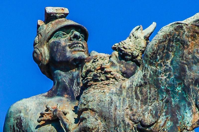 Un legionario del monumento ai caduti d'africa