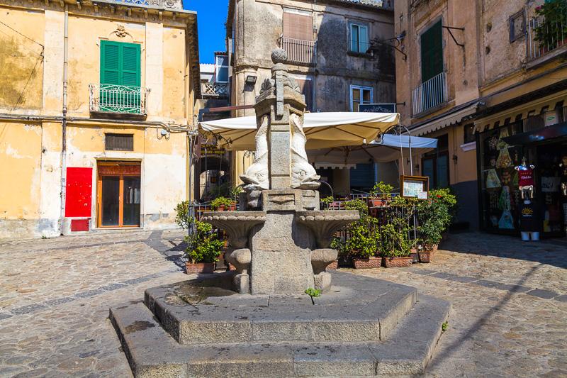 La fontana raffiguranti tre tritoni