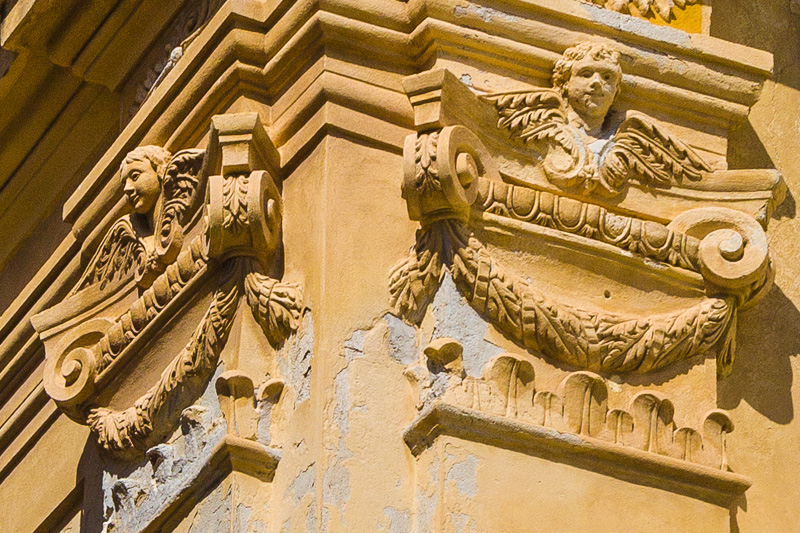 Capitelli sulla facciata della chiesa del Gesù