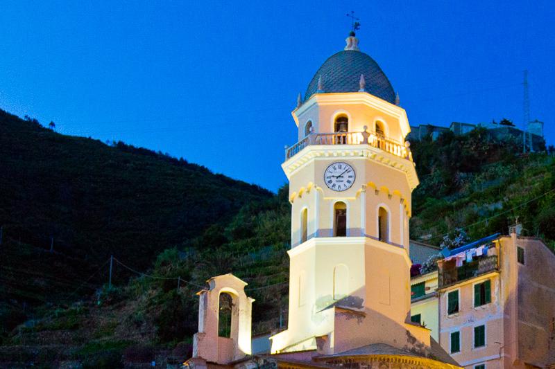 Il campanile ottagonale della chiesa di Santa Margherita d'Antiochia al crepuscolo
