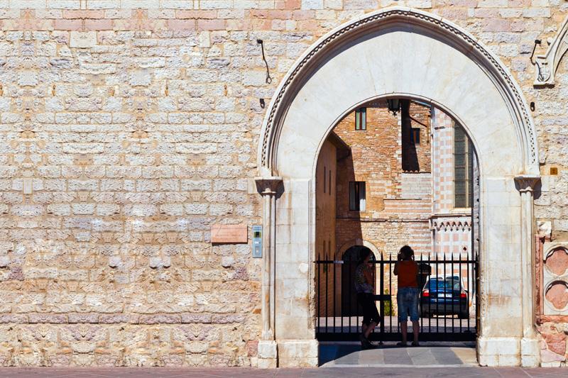Portale gotico a sesto acuto
