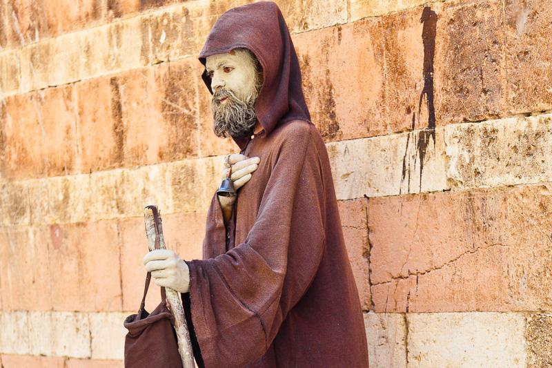Un mimo travestito da frate francescano