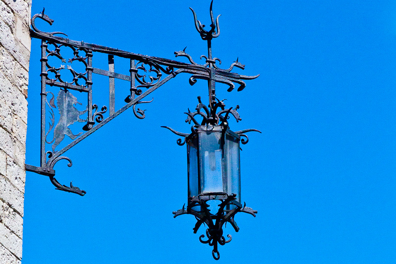 Un lampione in ferro battuto