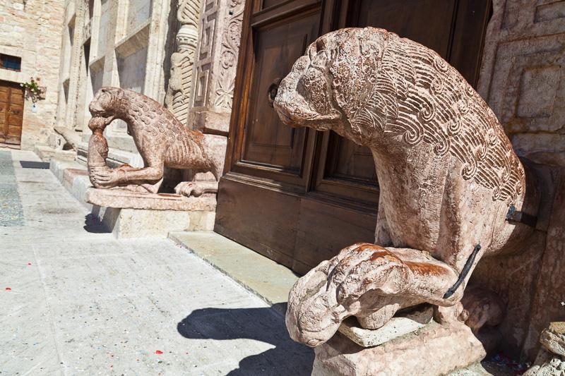 Due leoni stilofori