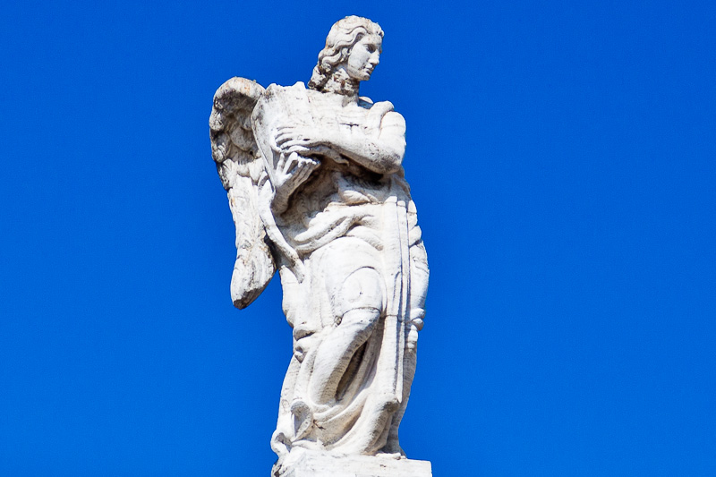 Un angelo con un libro tra le braccia