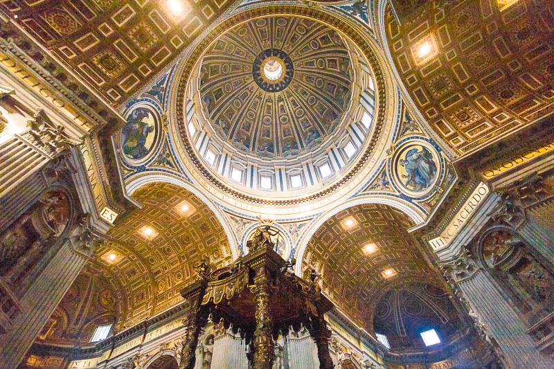 Il baldacchino di Gian Lorenzo Bernini nella Basilica di San Pietro