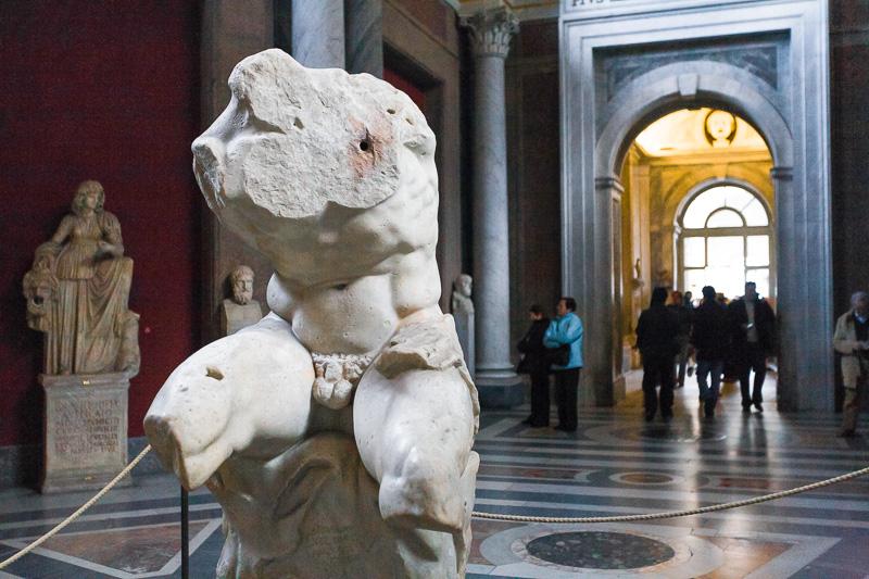 Il Torso del Belvedere nella sala delle muse del museo Pio Clementino