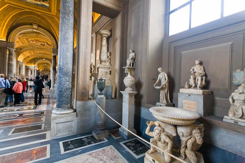 La galleria dei Candelabri nel museo Pio Clementino
