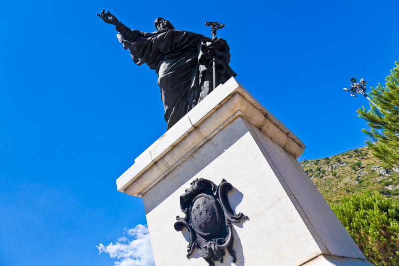La statua monumentale eretta in onore di San Benedetto
