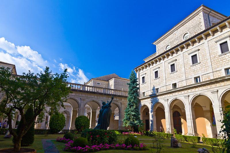 Il chiostro d'ingresso di Montecassino