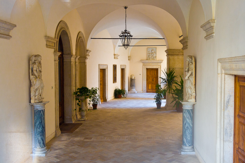 Il portico del chiostro d'ingresso dell'abbazia di Montecassino