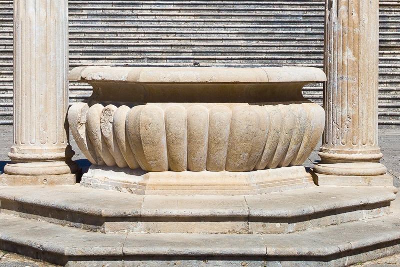 La cisterna ottagonale del chiostro del Bramante